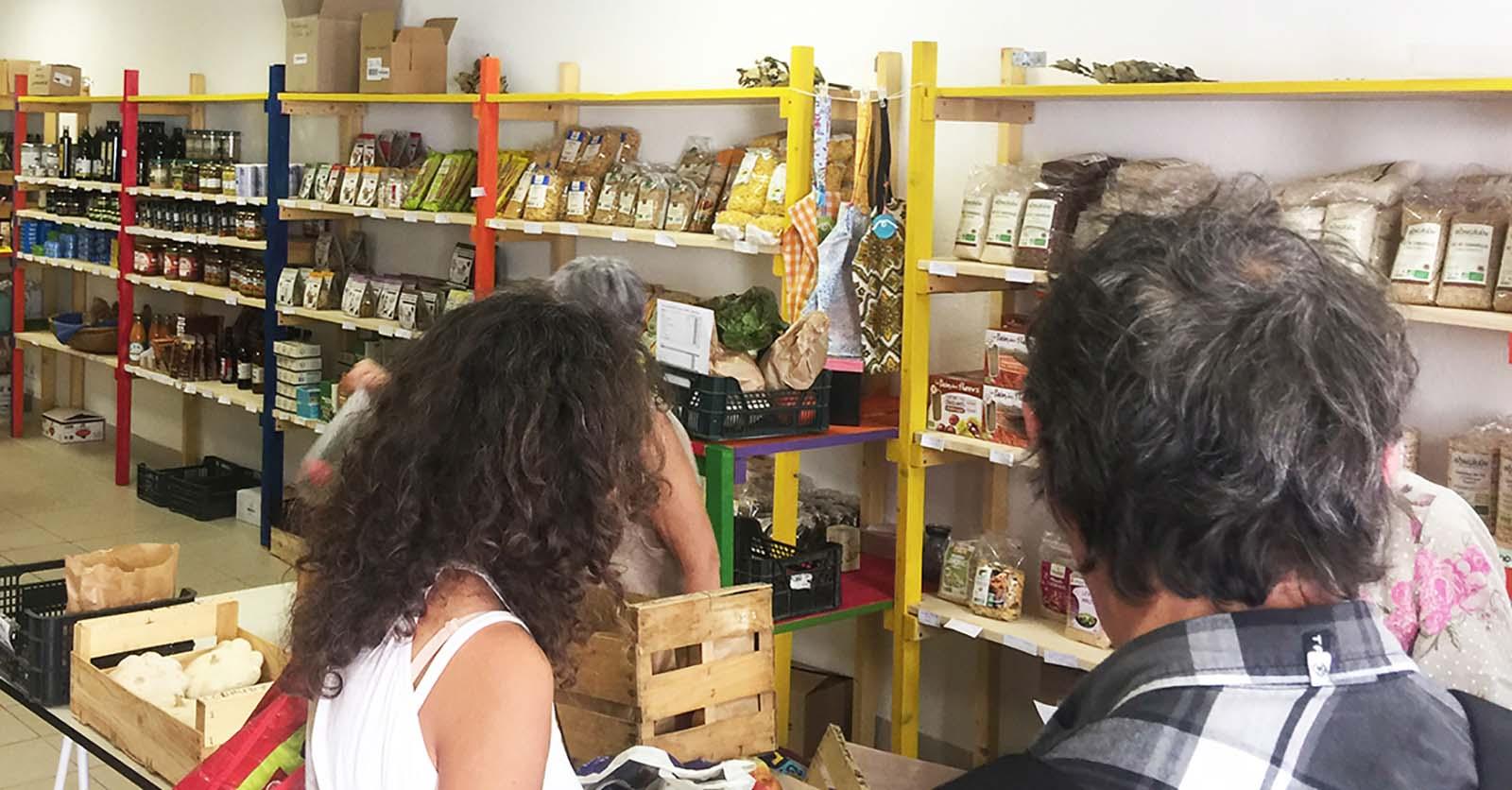 Un samedi matin, des adhérents achetant leurs produits frais à la Coop Singulière