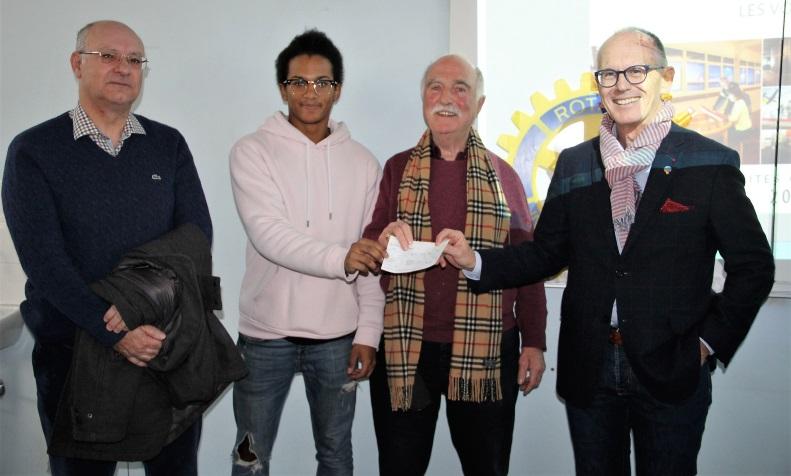 rotaryRemise d'un chèque pour financement voyage St Nazaire-1